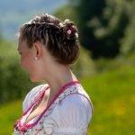 Dirndl-Frisur einfach selber machen: Wiesn-Frisuren für lange und kurze Haare